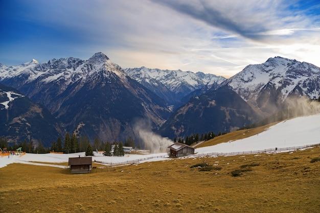 Mooie toppen van bergen en blauwe lucht