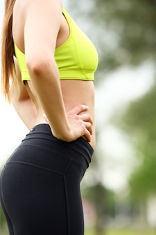 Mooie torso van jonge vrouw in fitwear