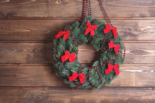 Mooie trendy kerstkrans op houten ondergrond