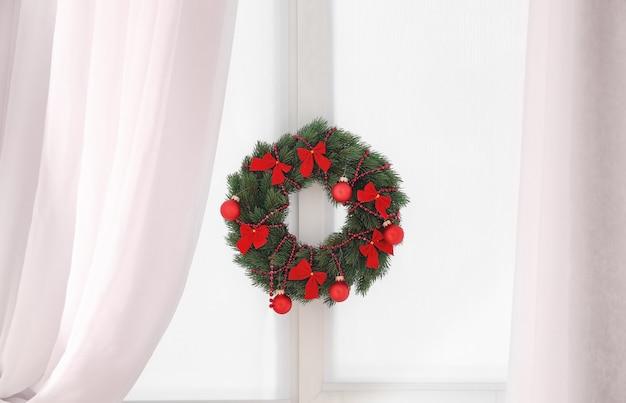 Mooie trendy kerstkrans op raam