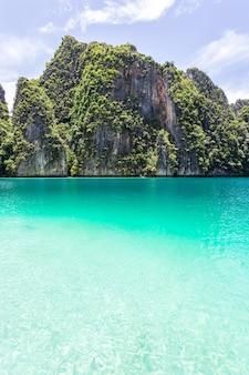 Mooie tropische eilandbaai op phi phi leh-eiland in zonnige dag, krabi-provincie, thailand