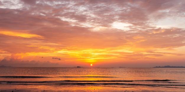 Mooie tropische gouden strandzonsondergang met kleurrijke overzeese hemel