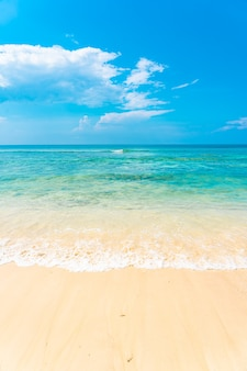 Mooie tropische lege strand zee oceaan met witte wolk op blauwe hemelachtergrond