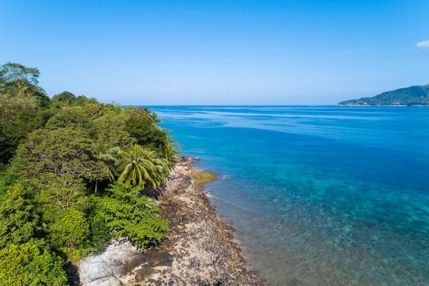 Mooie tropische overzees in zomerbeeld door het luchtschot van de meningshommel