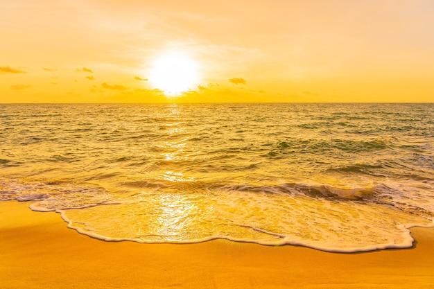 Mooie tropische strand overzeese oceaan bij zonsondergang of zonsopgangtijd voor reisvakantie