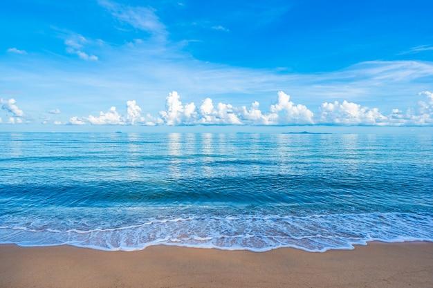 Mooie tropische strand overzeese oceaan met witte wolken blauwe hemel en copyspace