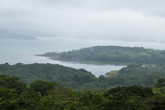 Mooie tropische vreedzame kust in costa rica