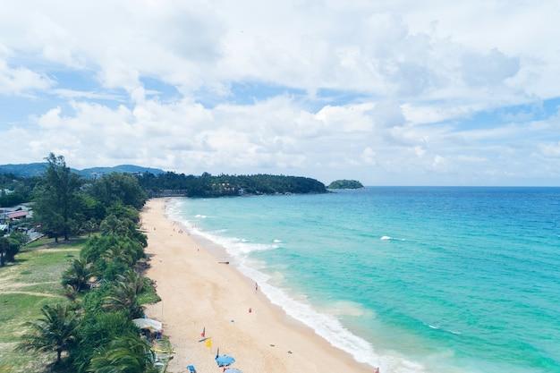 Mooie tropische zee en golf die op zandige kust bij karon-strand verpletteren