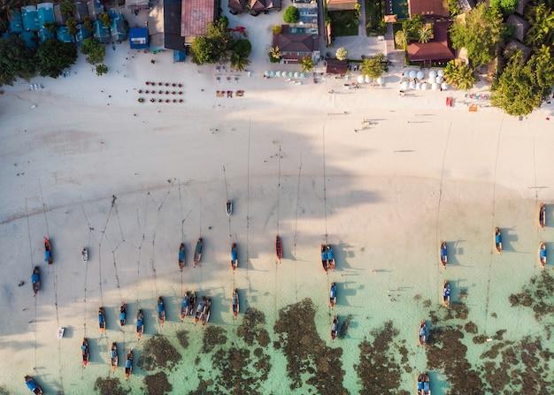 Mooie tropische zee met houten lange staart boot op het strand