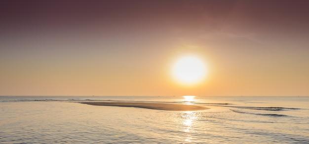 Mooie tropische zonsopgang op het strand.