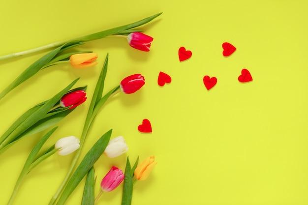 Mooie tulp bloemen samenstelling met hartjes