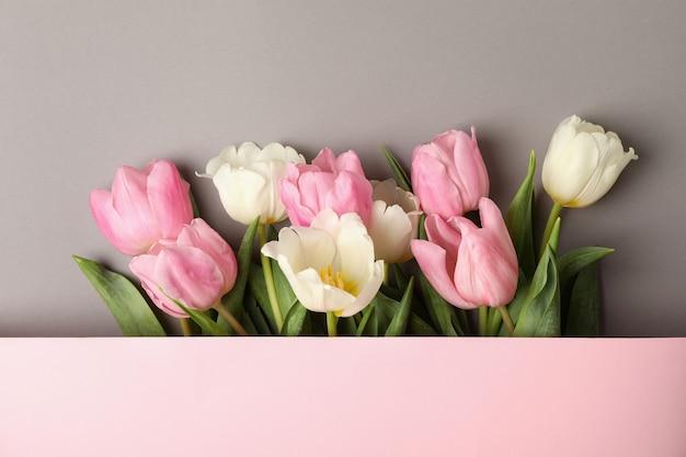 Mooie tulpen en ruimte voor tekst op een grijze achtergrond