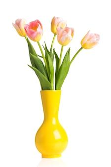 Mooie tulpen in gele vaas