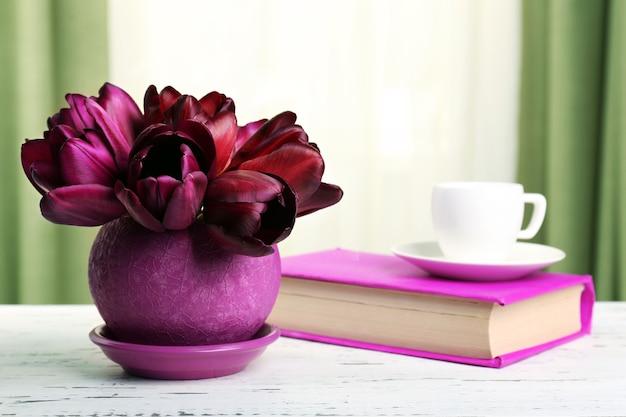Mooie tulpen in pot met boek