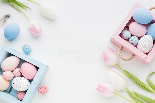 Mooie tulpen met kleurrijke paaseieren
