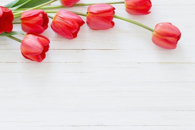 Mooie tulpen op houten
