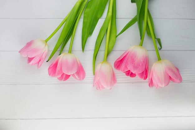 Mooie tulpen voor de lentevakantie op houten tafel
