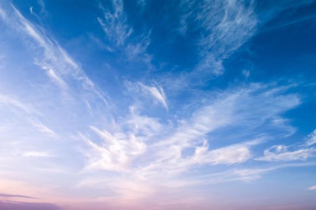 Mooie tweekleurige hemel. helder blauw-roze zonsondergang.