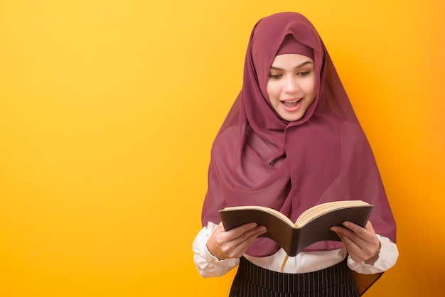 Mooie universiteitsstudent met hijab Premium Foto