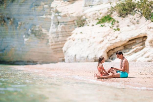 Mooie vader en dochter op europees strand