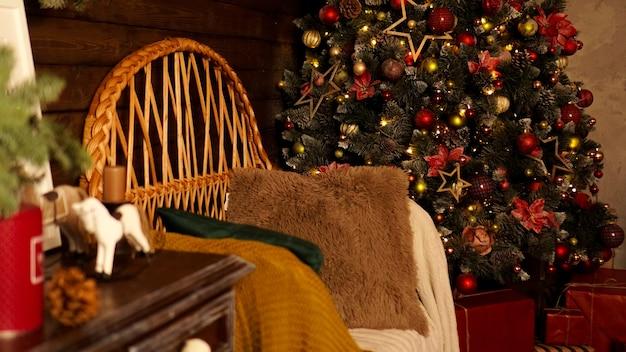 Mooie vakantie ingerichte kamer met kerstboom. ledverlichting, gezellige thuisscène. niemand daar.