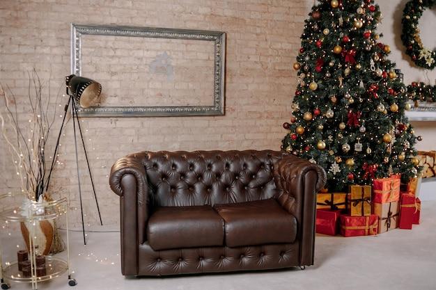 Mooie vakantie ingerichte kamer met kerstboom Premium Foto