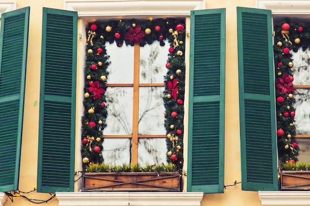 Mooie vakantie ramen versierd voor kerstmis. nieuwjaar