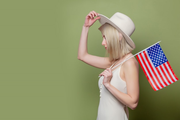 Mooie veedrijfster in een hoed met de vlag van de verenigde staten van amerika