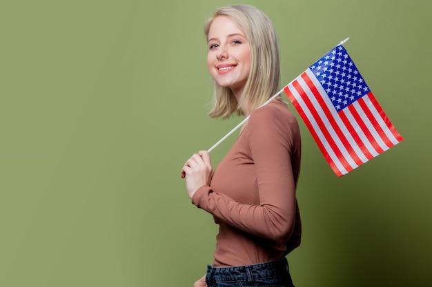 Mooie veedrijfster met de vlag van de verenigde staten van amerika