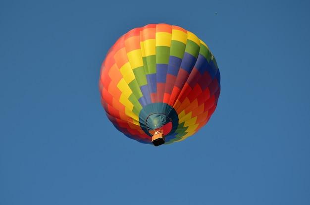 Mooie veelkleurige heteluchtballon tegen de blauwe lucht