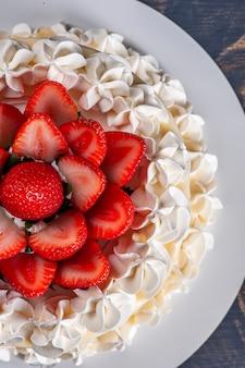 Mooie verjaardagstaart bedekt met chantilly en verse aardbeien. bovenaanzicht