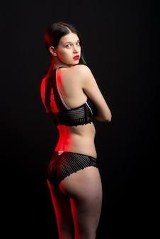Mooie verlegen dame in kanten bikini boudoir beha slipje. inschrijving slanke vorm geïsoleerd zwart