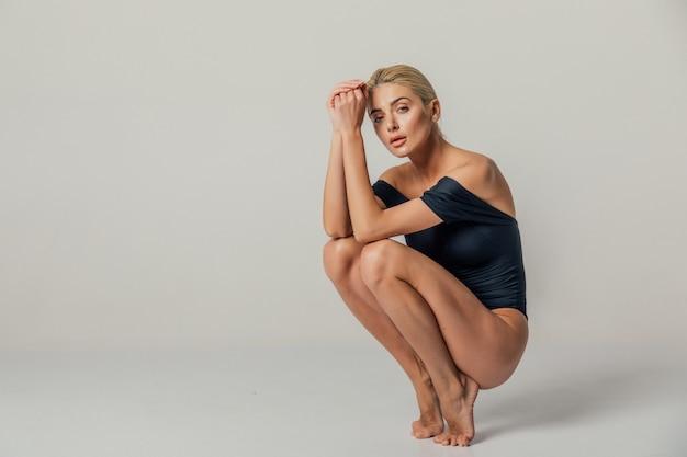 Mooie verleidelijke jonge vrouw in sexy lingerie. sexy mooie blonde vrouw poseren. meisje met perfecte slanke lichaam.