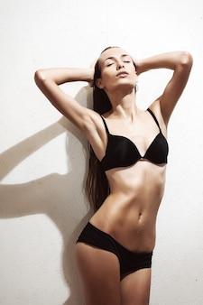 Mooie verleidelijke jonge vrouw in sexy lingerie