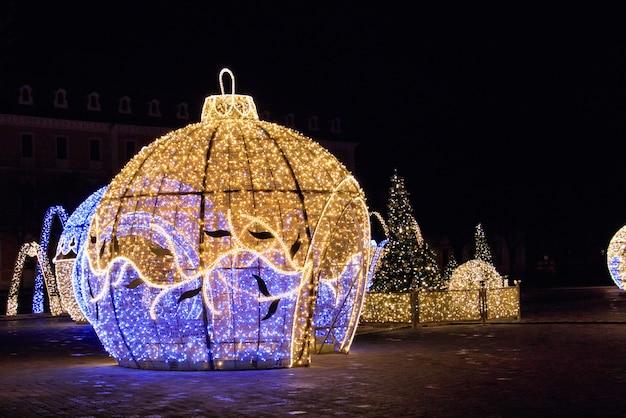 Mooie verlichte kerstsculpturen in magdeburg, duitsland 's nachts