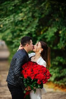 Mooie verliefde paar samen tijd doorbrengen in het park. valentijnsdag feest