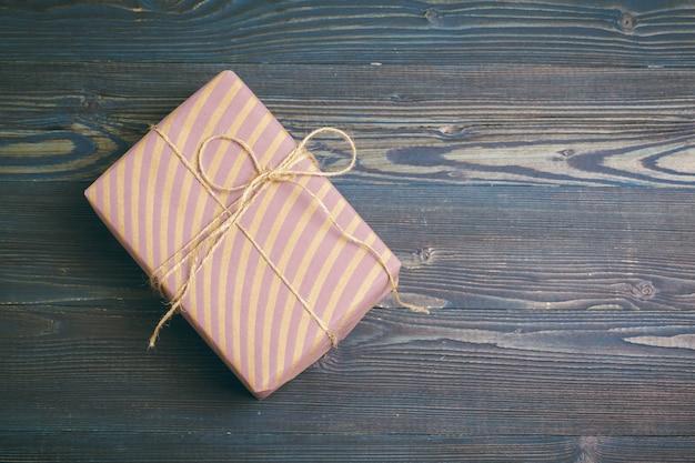 Mooie verpakte geschenken op donker hout
