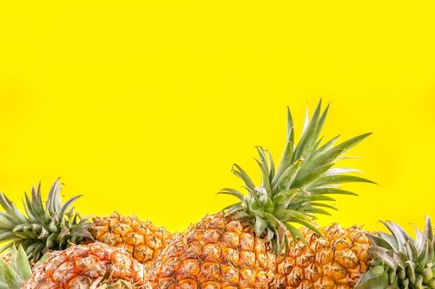 Mooie verse ananas geïsoleerd op heldere gele achtergrond