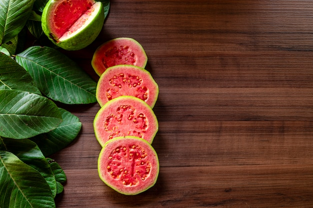 Mooie verse rode guave, herfst fruit op houten rustieke achtergrond.