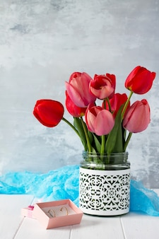 Mooie verse roze en rode tulpen van bloemen in een vaas.