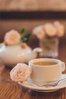 Mooie verse rozen bij een kopje thee