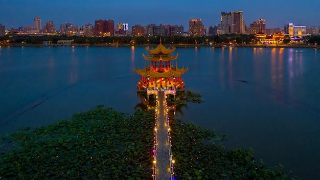 Mooie versierde traditionele chinese pagode met de stad van kaohsiung, wachtend, kaohsiung, taiwan.