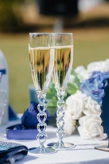 Mooie versierde vakantieglazen met champagneclose-up.