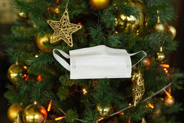 Mooie versieringen op de kerstboom en beschermend masker