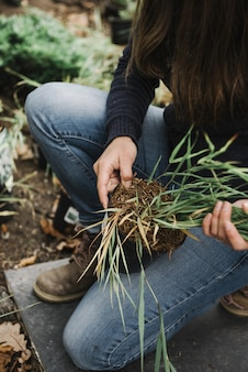 Mooie verticale foto van een vrouw die tuinieren