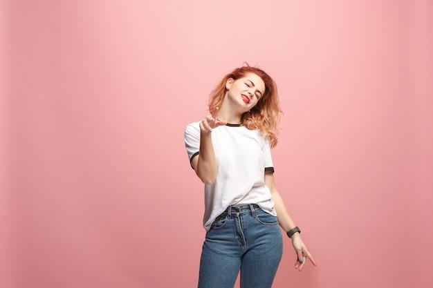 Mooie verveelde verveelde vrouw geïsoleerd op roze achtergrond