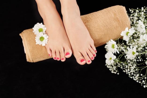 Mooie verzorgde voeten op handdoek