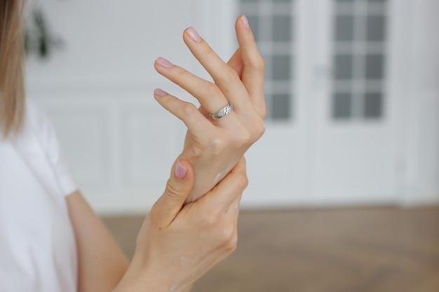 Mooie verzorgde vrouwenhanden met een nette manicure. foto van hoge kwaliteit