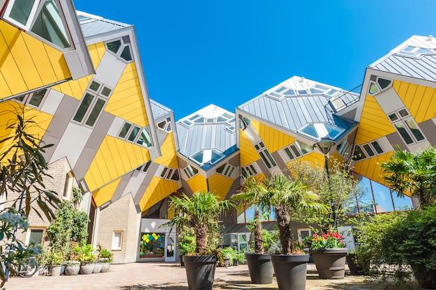 Mooie vierkante binnen gele kubushuizen in rotterdam