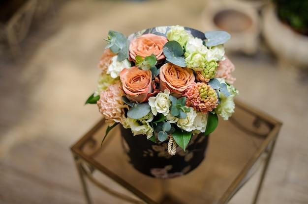 Mooie vintage doos met champagnekleurige bloemen